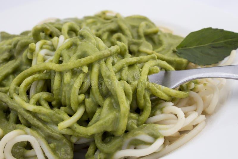 有pesto调味汁和蓬蒿叶子特写镜头的意大利面团意粉 免版税库存照片