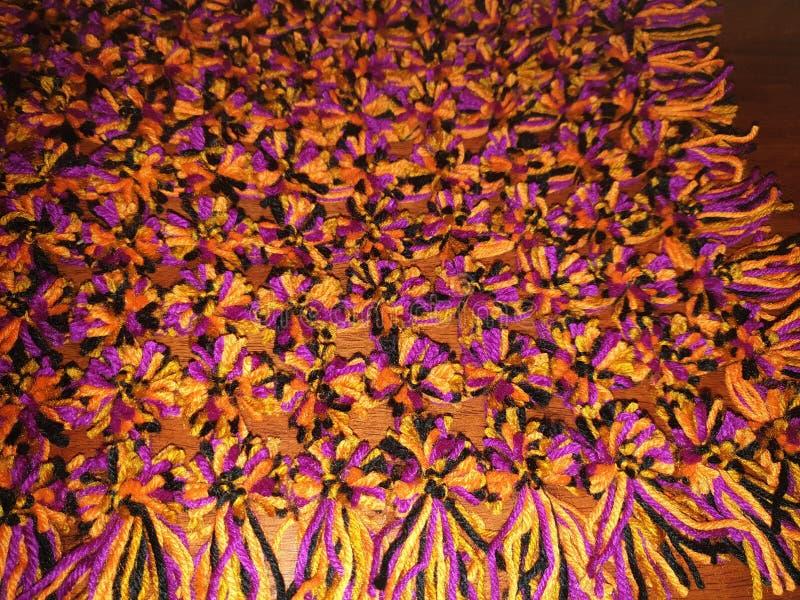 有pom poms的被编织的毯子 图库摄影