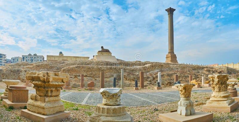 有Pompey ` s柱子和狮身人面象的,亚历山大,埃及全景 免版税库存图片