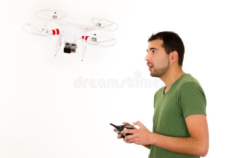 有quadcopter寄生虫的年轻人 库存图片