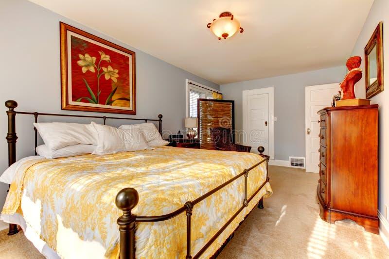 有rustc家具和柳条保密性屏幕的Charmig卧室 免版税库存照片