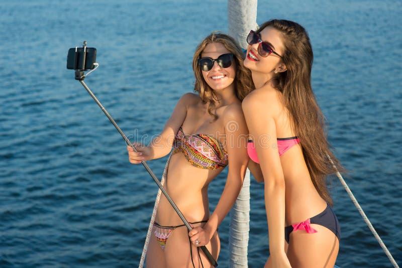 有selfie棍子微笑的女孩 免版税库存照片