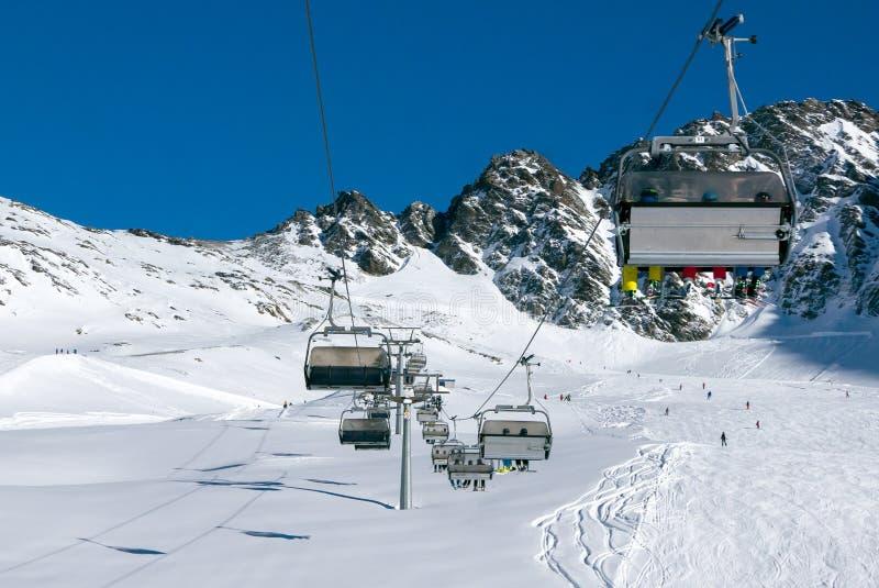 有skierrs的驾空滑车在高高山滑雪胜地 免版税库存照片