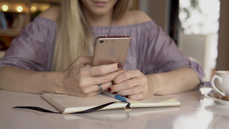 有smartphone的妇女 关闭 免版税库存图片