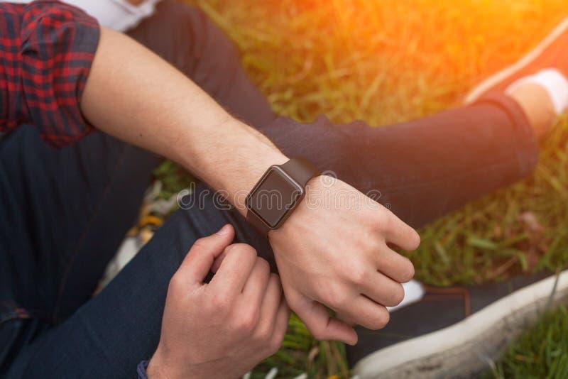 有smartwatch的男性手 库存照片