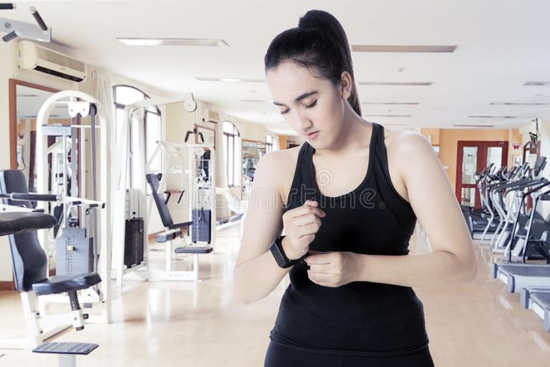 有smartwatch的阿拉伯妇女在健身中心 图库摄影