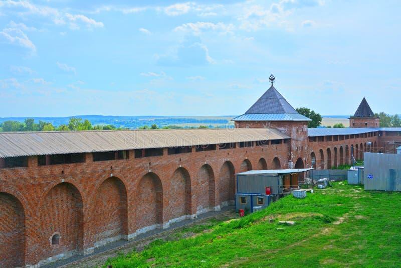有Spasskaya门塔和Tayninskaya门的克里姆林宫墙壁在Zaraysk市耸立 免版税库存图片
