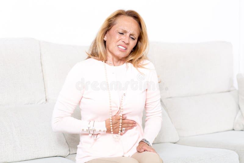 有stomachache的年长妇女 免版税图库摄影