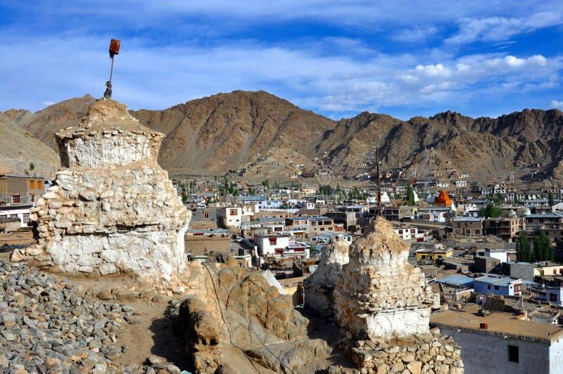 有stupas和山的Leh城镇 库存照片