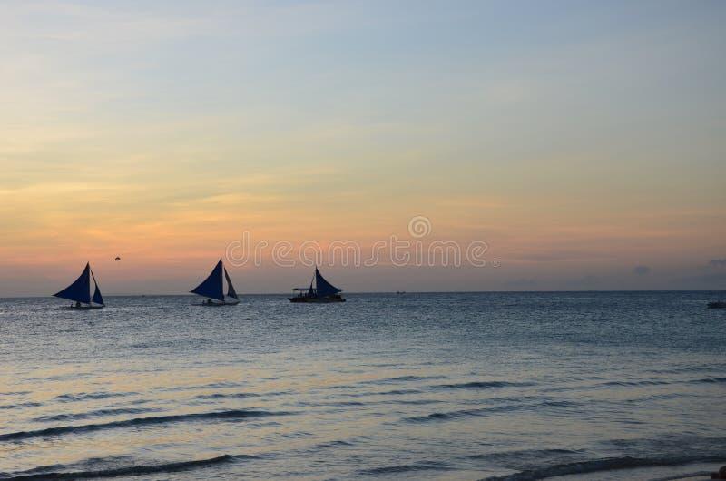 有sunsetting的风冲浪者在天际 库存照片