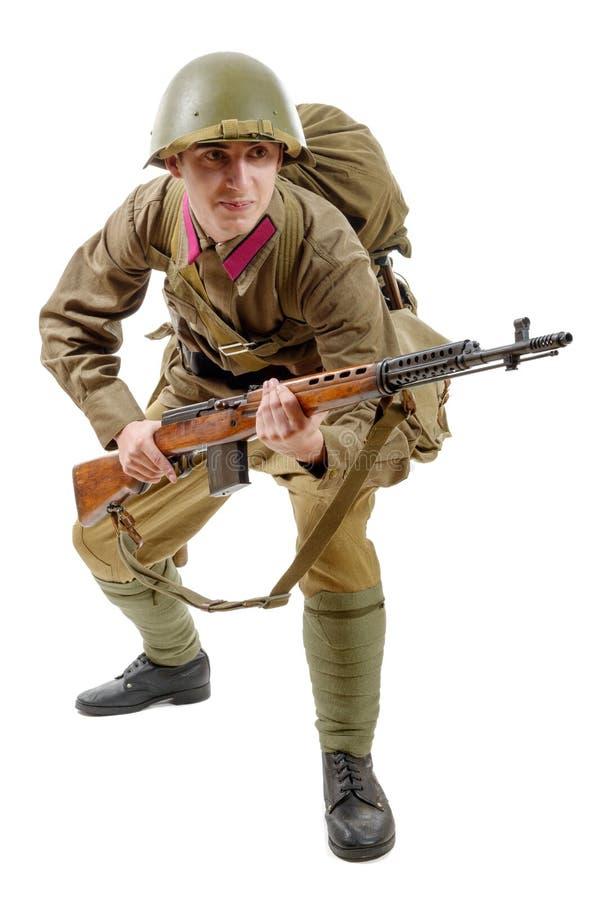 有SVT步枪的年轻苏联战士在白色背景 库存图片