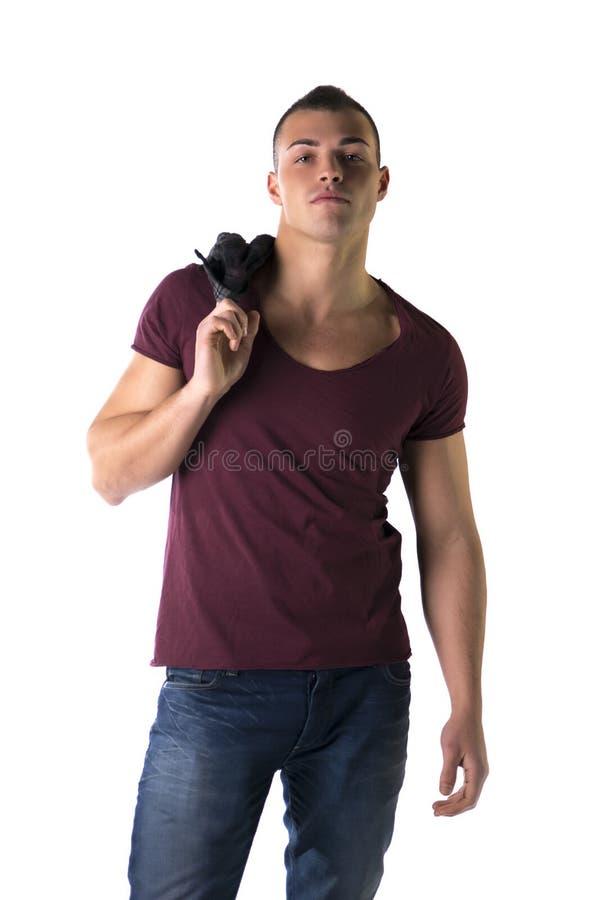 有T恤杉和牛仔裤的英俊的年轻人 免版税库存照片