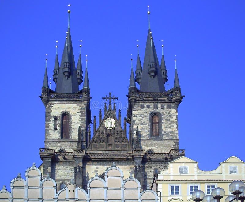 有Tyn教会的老城广场在布拉格,日落都市风景在捷克,布拉格,欧洲的首都 ??staromestska 免版税库存照片