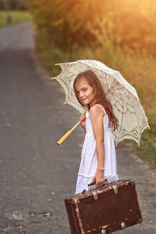 有umbrela的愉快的女孩 库存照片