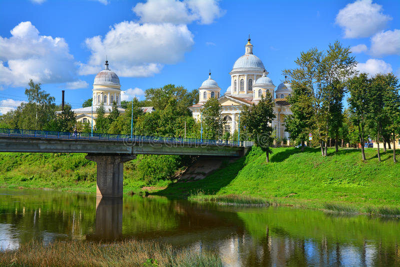 有Vkhodo-Iyerusalimsky教会的主要桥梁和变貌大教堂在Torzhok市 免版税库存图片