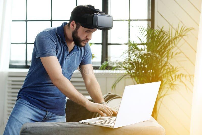 有VR耳机的人 免版税库存图片