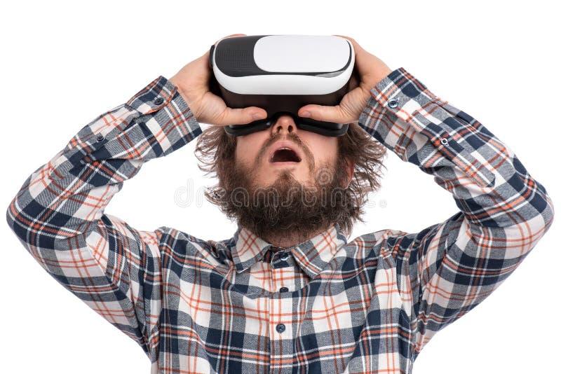 有VR风镜的疯狂的有胡子的人 库存图片