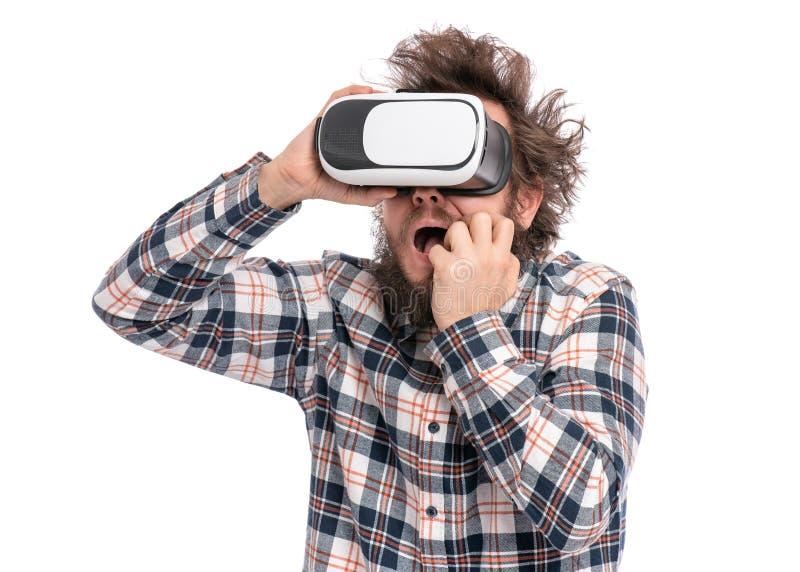有VR风镜的疯狂的有胡子的人 免版税库存图片