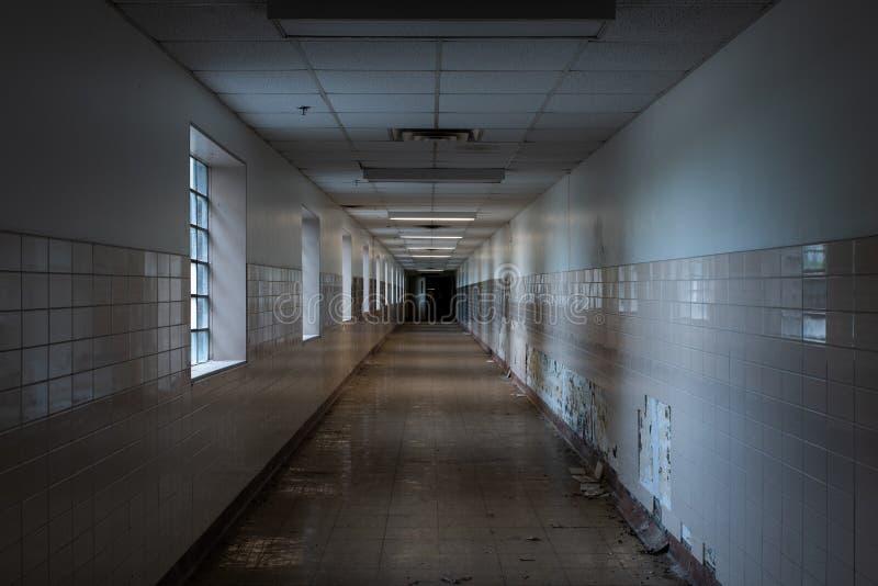有Windows的-被放弃的退伍军人医院遗弃走廊-宾夕法尼亚 图库摄影