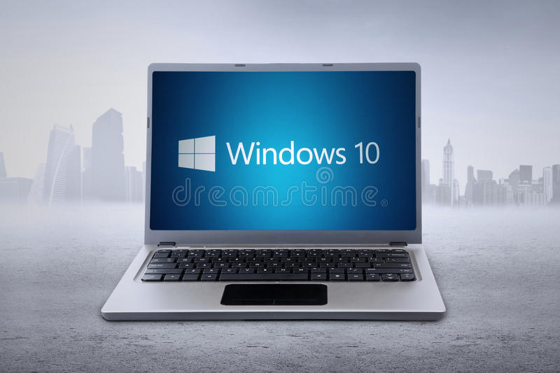 有Windows 10商标的膝上型计算机 免版税库存照片