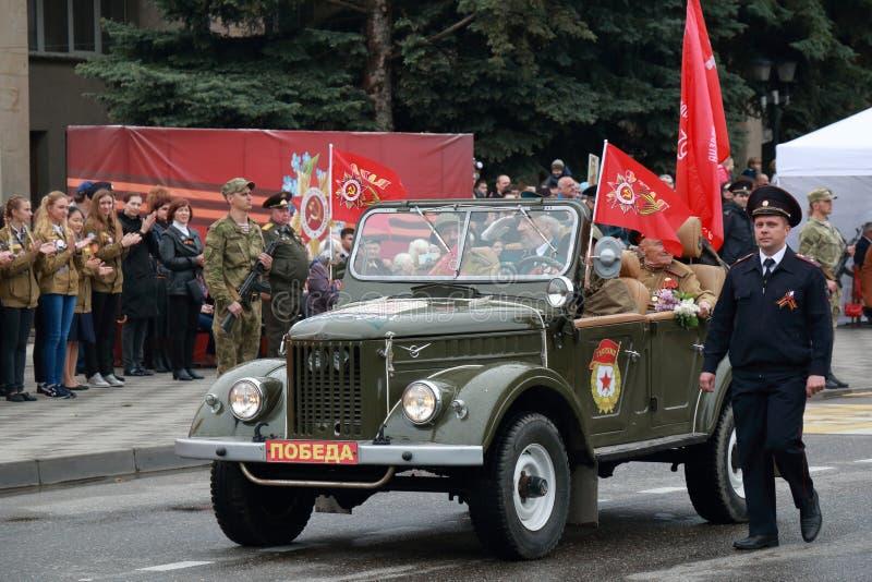 有WWII的退伍军人的老UAZ汽车 胜利天游行在Pyatigorsk,俄罗斯 免版税库存图片