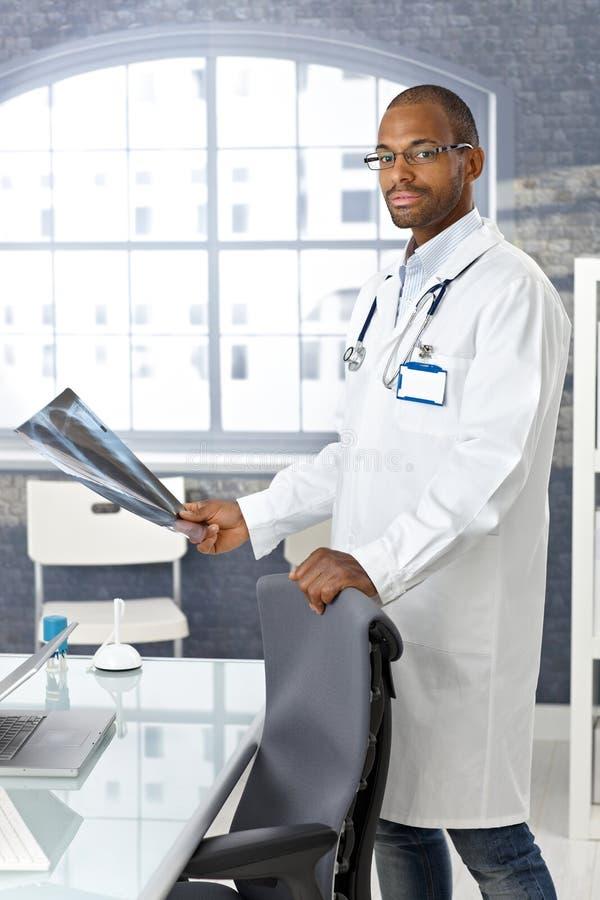 有X-射线图象的新非洲的医生 库存图片