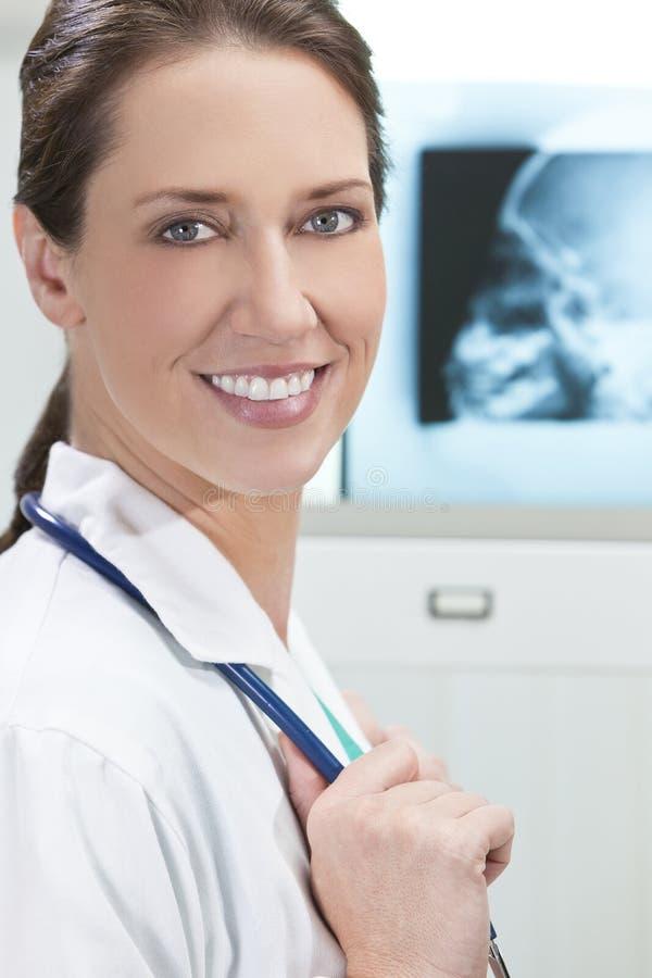 有X-射线的女性妇女住院医生 图库摄影