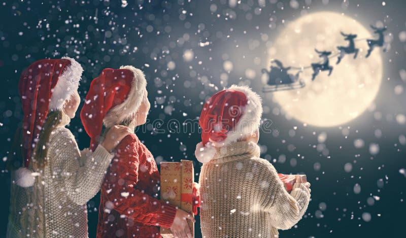 有xmas礼物的孩子 免版税库存图片