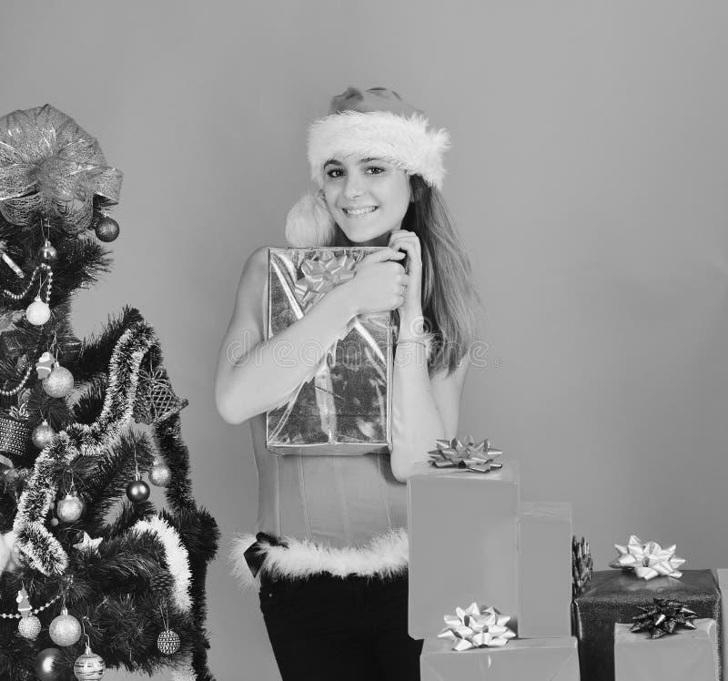 有xmas礼物盒的性感女孩 有礼物的Missis克劳斯 库存图片