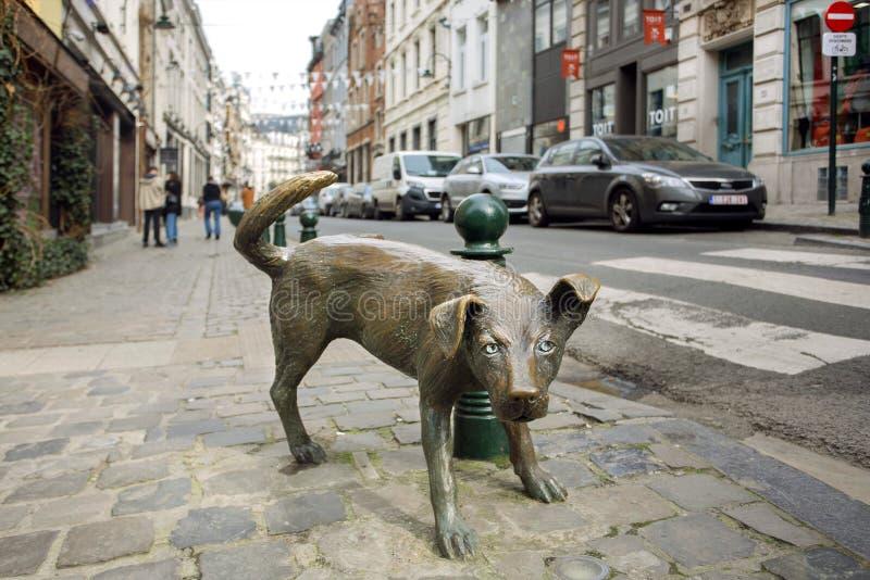 有Zinneke Pis金属雕塑的街道,在1998年架设为乐趣在历史首都的中心 免版税库存照片