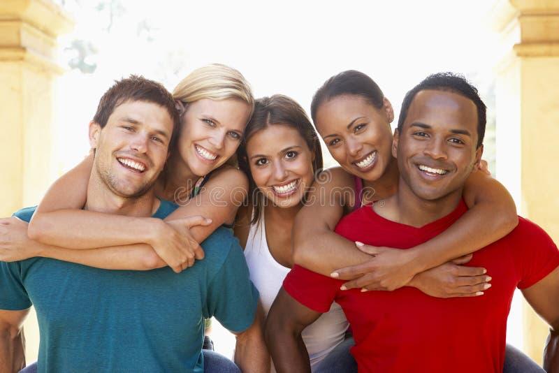 朋友一起有乐趣的组年轻人 图库摄影