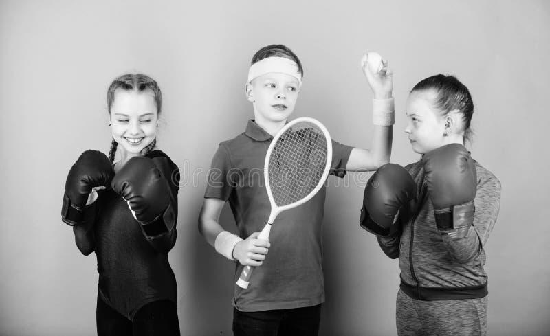朋友为体育训练准备 运动的兄弟姐妹 孩子也许擅长完全不同的体育 与拳击的女孩孩子 免版税库存照片