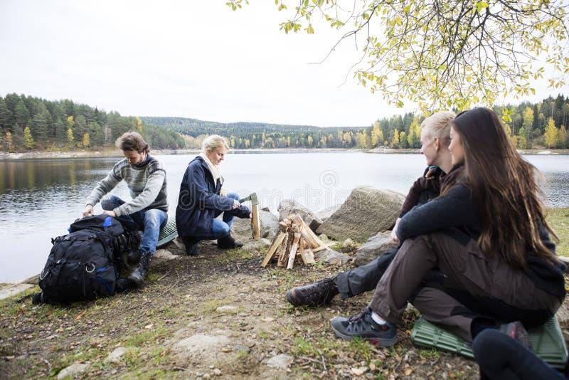 朋友为野营做准备湖岸 免版税图库摄影