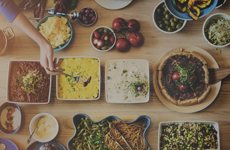 朋友享受食物概念的党自助餐 库存照片