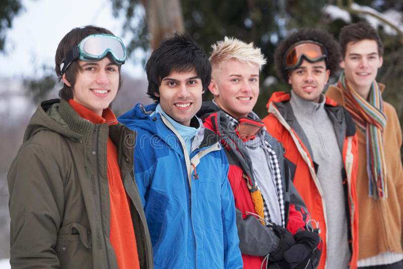 朋友使多雪的少年冬天环境美化 免版税库存图片