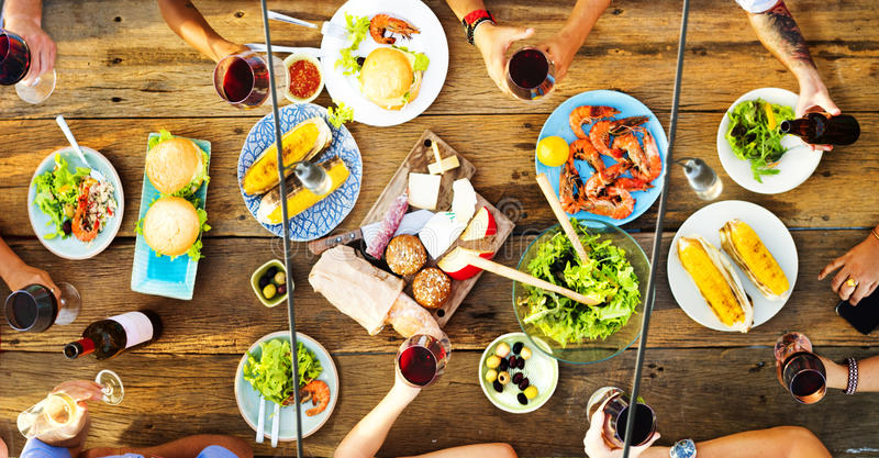 朋友友谊室外用餐的人概念 免版税库存图片