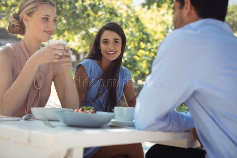 朋友吃早餐在餐馆 库存照片