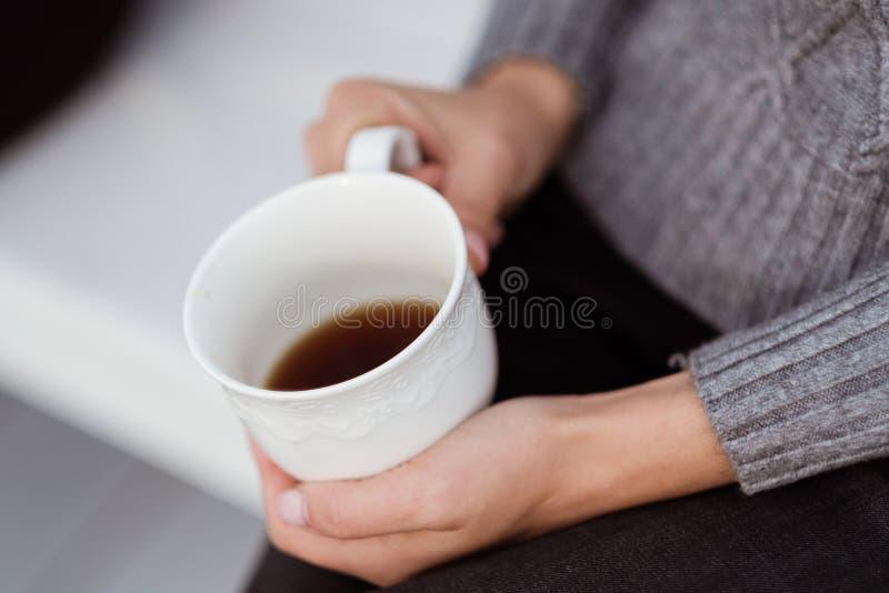 朋友喝茶并且有在乡间别墅的大阳台的一美好时光 库存图片