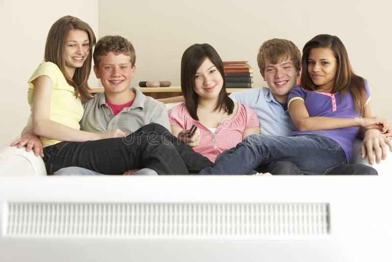 朋友回家少年电视注意 库存图片