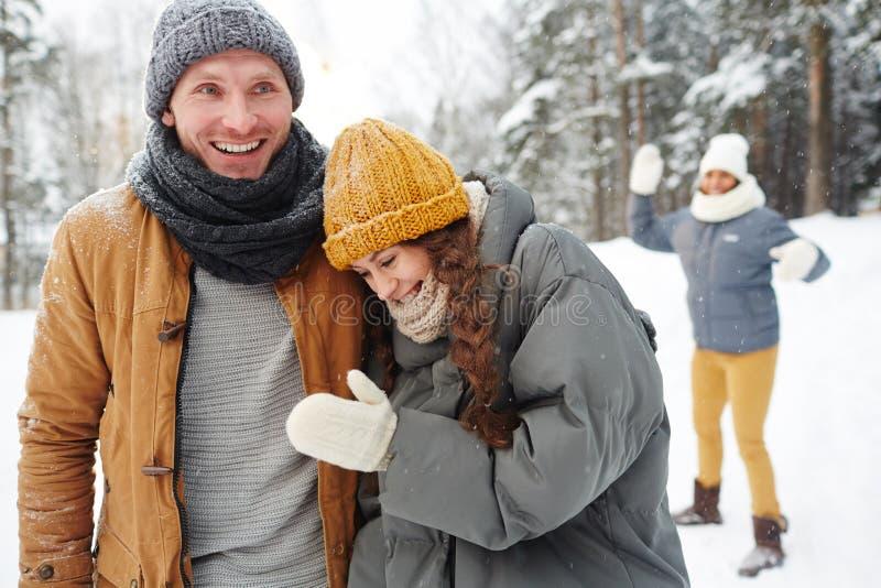 朋友在冬天公园 免版税库存照片