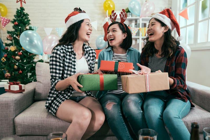 朋友在圣诞节数日聚会的交换礼物 免版税图库摄影