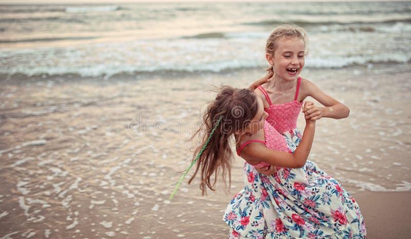 朋友在海滩跳舞 免版税库存照片