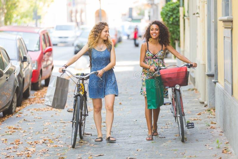 朋友多种族夫妇有自行车的 库存图片