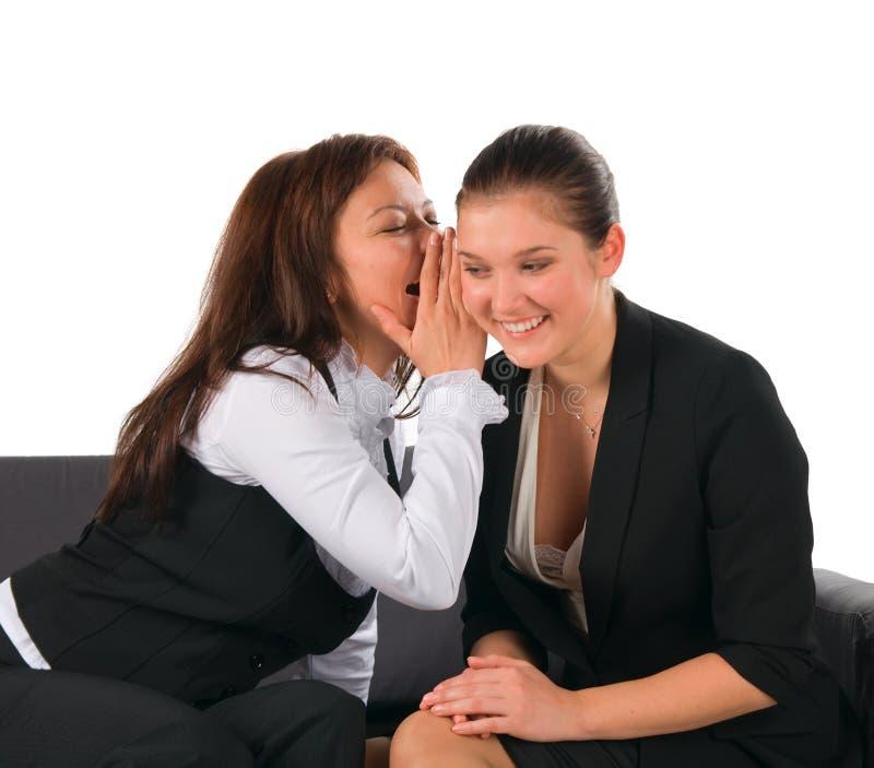 朋友女孩可爱的秘密共用谈话二 免版税库存图片