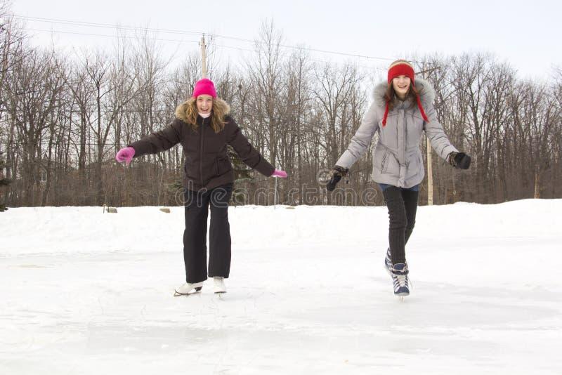 朋友女孩滑冰 库存图片
