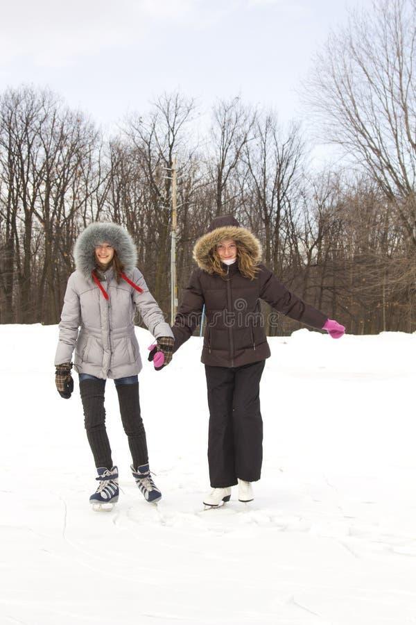 朋友女孩滑冰 免版税库存照片