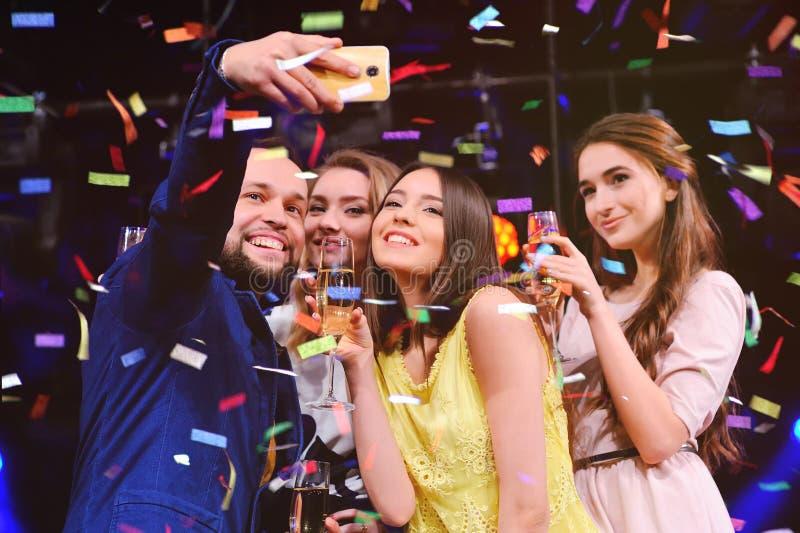 朋友庆祝事件,笑,跳舞和饮用的香槟 库存图片