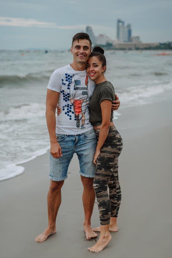 朋友或亲戚在度假基于快乐海洋的海岸,美好,年轻,爱恋的夫妇花费时间 乐趣 库存照片