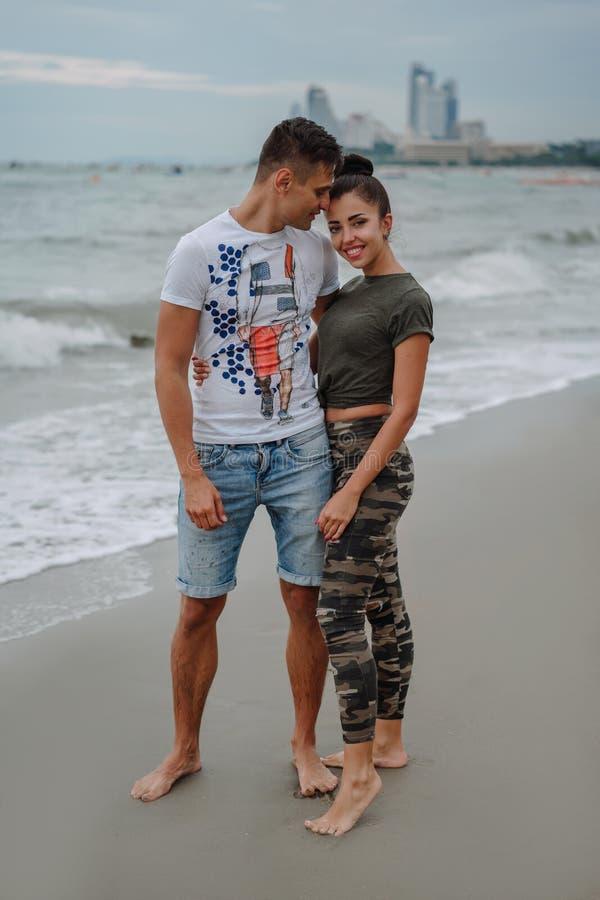 朋友或亲戚在度假基于快乐海洋的海岸,美好,年轻,爱恋的夫妇花费时间 乐趣 图库摄影