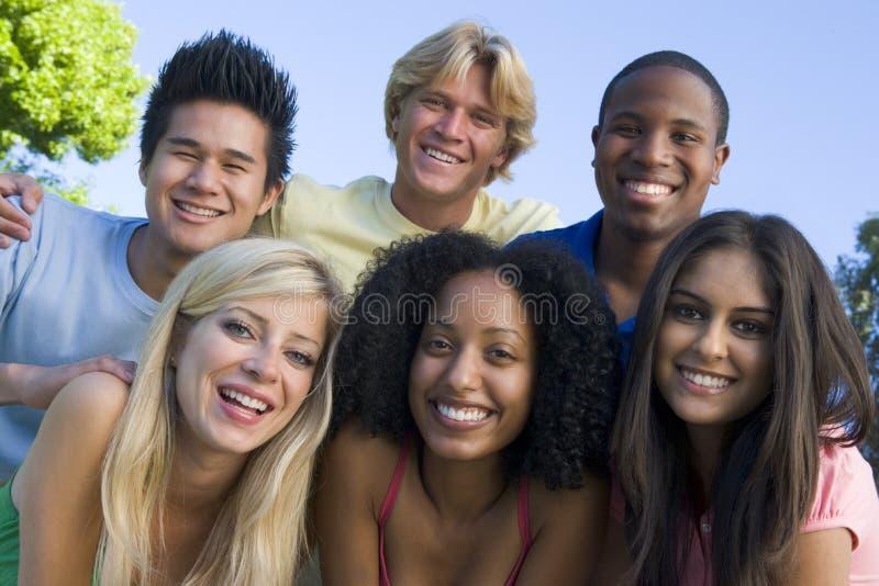 朋友有乐趣的组年轻人 免版税库存照片